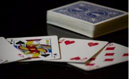 blå kort på bord